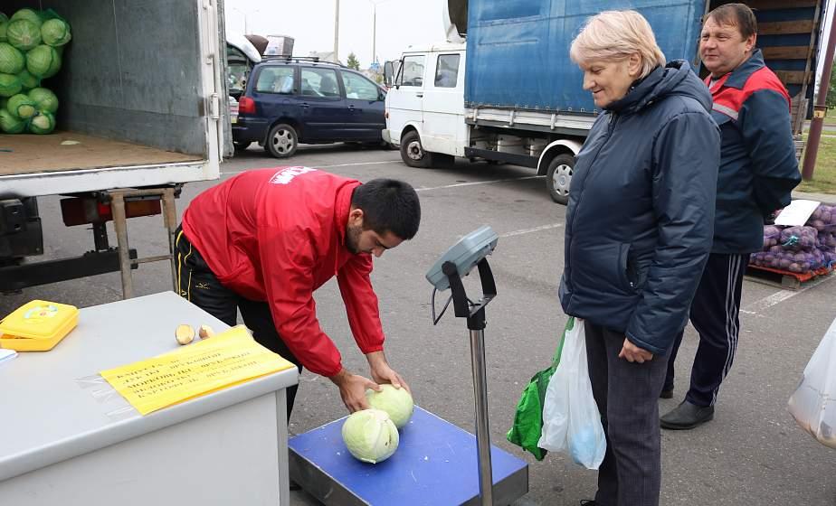 Мешки с картошкой и капустой – до авто или остановки общественного транспорта. В Гродно волонтеры БРСМ помогли пожилым людям с доставкой сельхозпродукции
