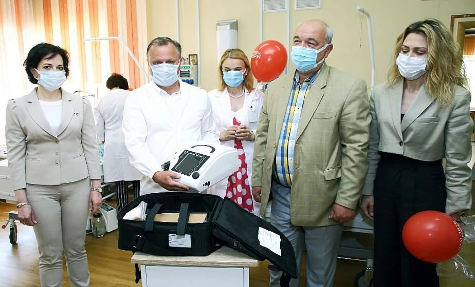 «Ценный подарок для спасения жизней». Новый ИВЛ-аппарат передал областному Дому ребенка Белорусский фонд мира