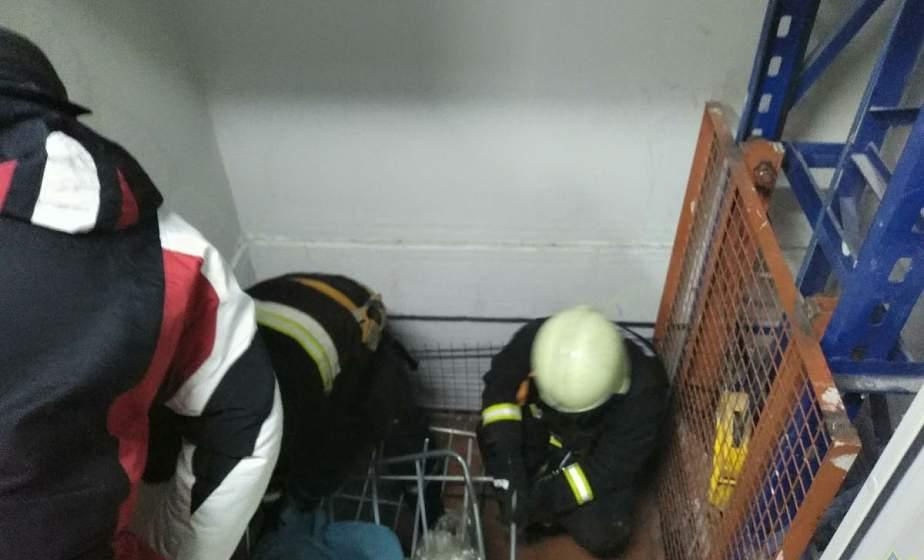В Новогрудке спасатели освободили женщину, которую зажало в лифтовой шахте