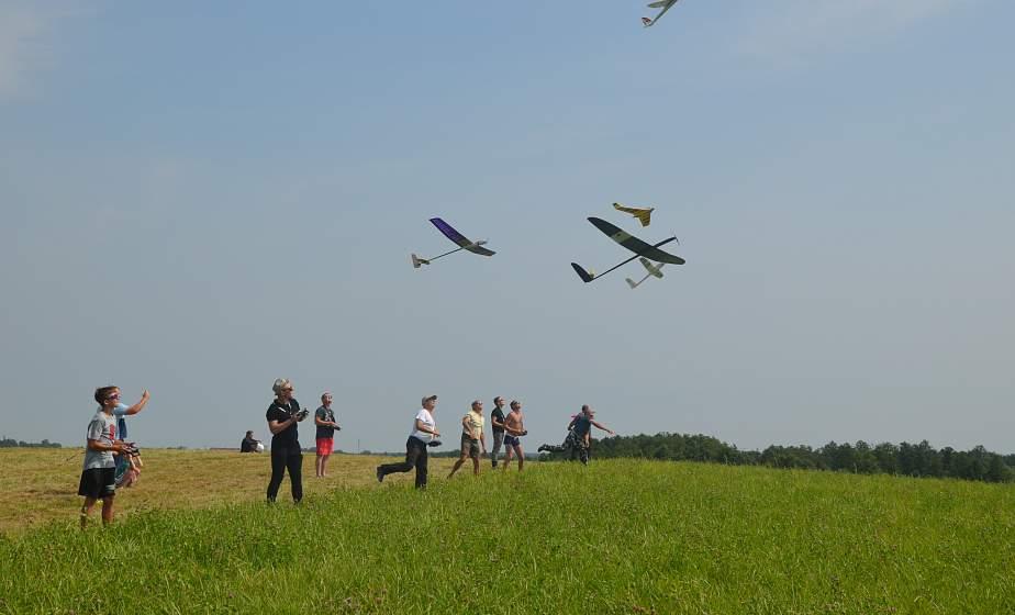 Высший пилотаж. Фестиваль авиамоделистов «Берестовица собирает друзей» объединил более 60 участников состязаний