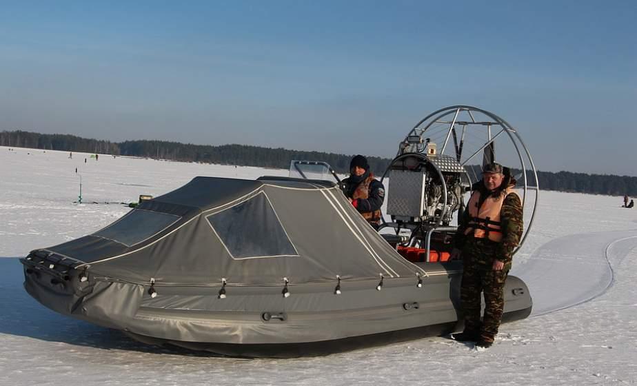 По льду на аэролодке. В Зельве проверили, безопасно ли ведут себя рыбаки на рыбалке