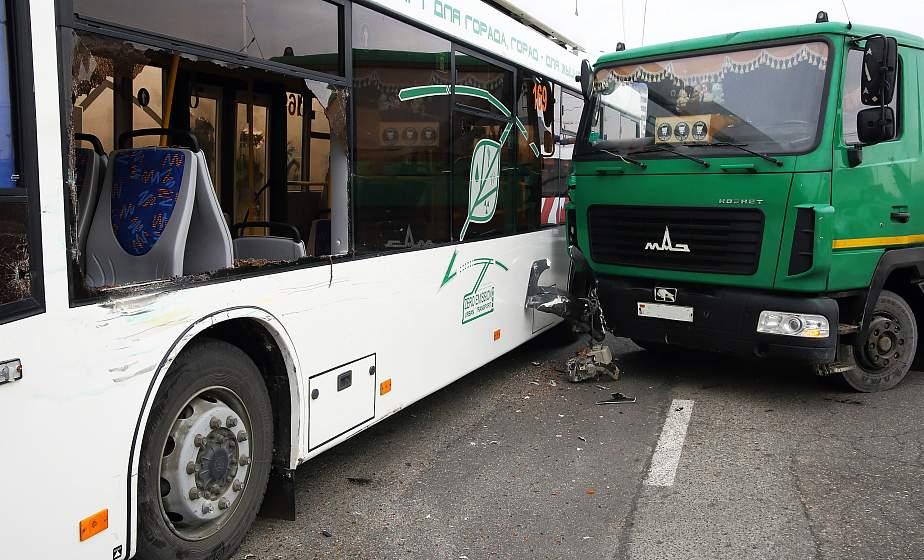 МАЗ, перевозивший живую рыбу, столкнулся с троллейбусом в Гродно. Дополнено