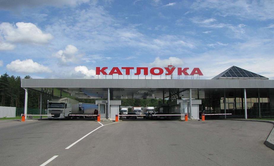 Более полутысячи легковых автомобилей ожидают очереди на выезд в Литву