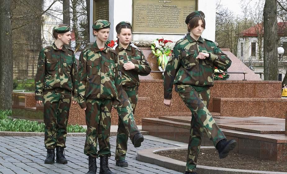Школьники заступили на Вахту памяти у Вечного огня в парке Жилибера в Гродно