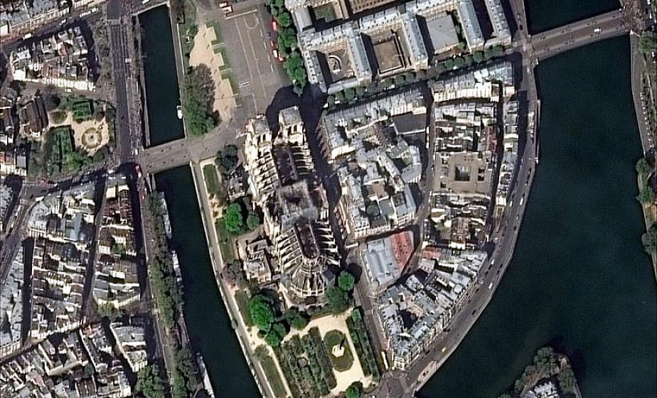 Появилось фото сгоревшего собора Парижской Богоматери из космоса