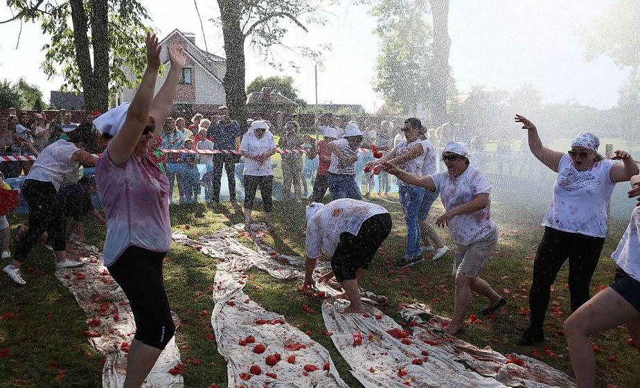 В Ивье впервые провели помидорную битву