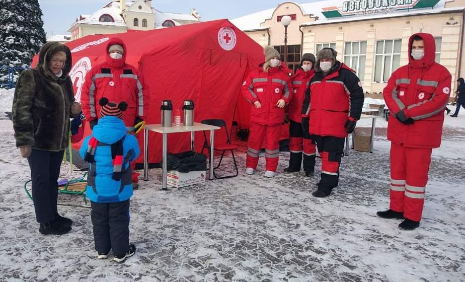 Теплая первая помощь. Как волонтеры Красного Креста помогают гродненцам в сильные морозы