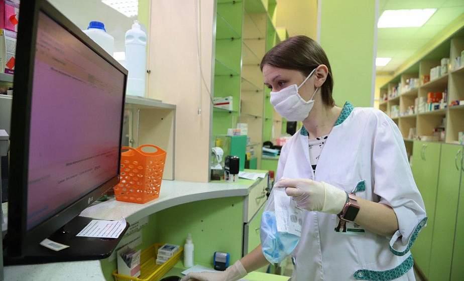 За выходные в аптеки области развезли 100 000 масок