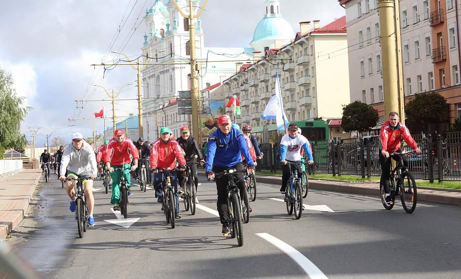 От памятника к памятнику с Государственным флагом. В Гродно прошел масштабный велопробег, посвященный Дню воссоединения Беларуси (+видео)