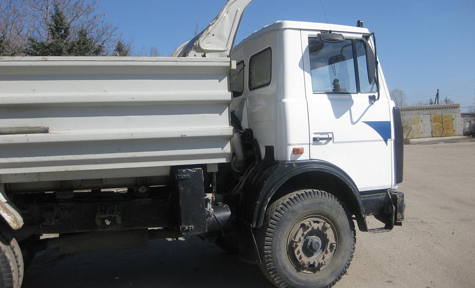 В Ивьевском районе парень угнал грузовик и катался на нем по школьному двору