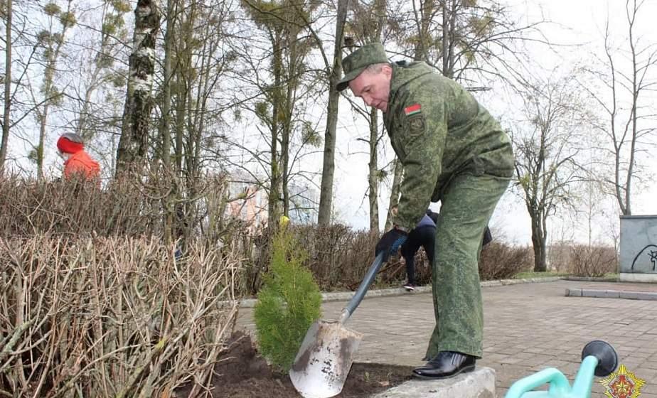 Министр обороны присоединился к республиканскому субботнику и занялся благоустройством территории мемориального комплекса в Гродно