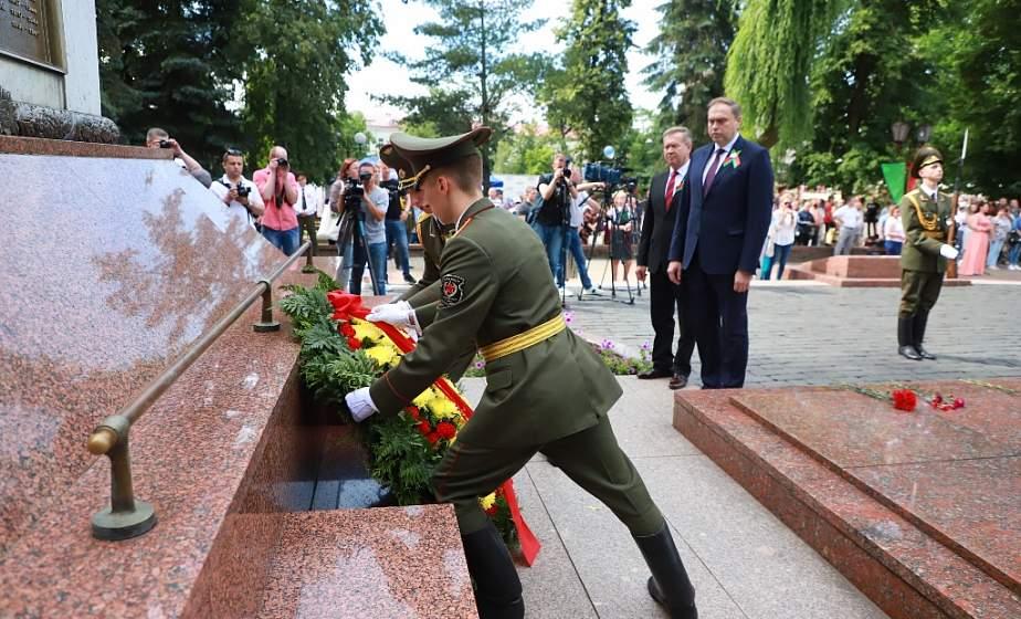«Чтобы сохранить суверенитет и независимость Беларуси, народ должен быть единым». Цветы и венки возложили к памятнику погибшим воинам и партизанам в День Независимости в Гродно