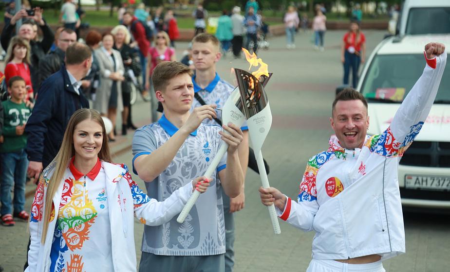 Олимпийские чемпионы, певец, ректор и супермодель. В центре Гродно прошла эстафета огня «Пламя мира» (+видео)