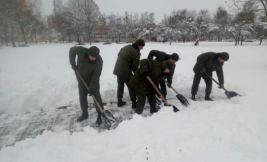 Военнослужащие 6 отдельной гвардейской механизированной бригады помогают жителям города справляться с последствиями снегопада