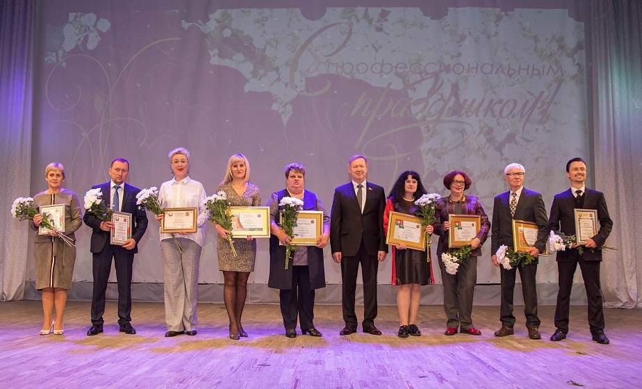 Поздравление коллег, заслуженные награды и концерт-путешествие. Торжественное мероприятие ко Дню работников культуры прошло в Гродно