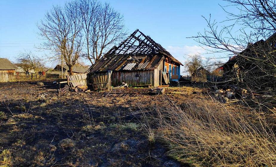 В Ивьевском районе от случайной искры загорелись два нежилых дома