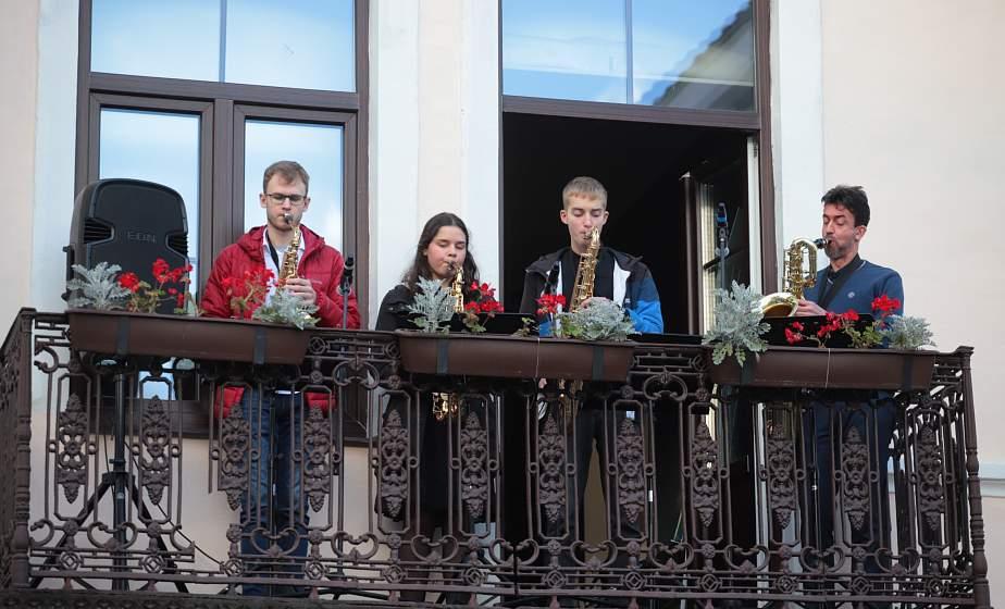 """""""С любовью маме"""". В Гродно сыграли музыкальные поздравления прямо с балкона культурного центра """"Фествиальный"""""""