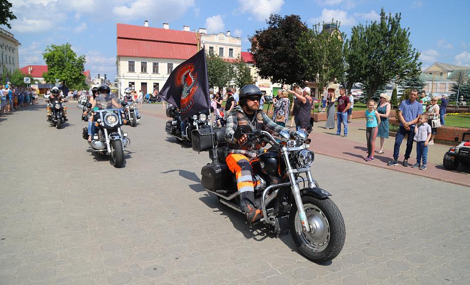 """Сотни мотоциклов, проезд через город и шумный праздник. В Гродно стартовал байк-фествиаль """"Хавайся ў бульбу"""""""
