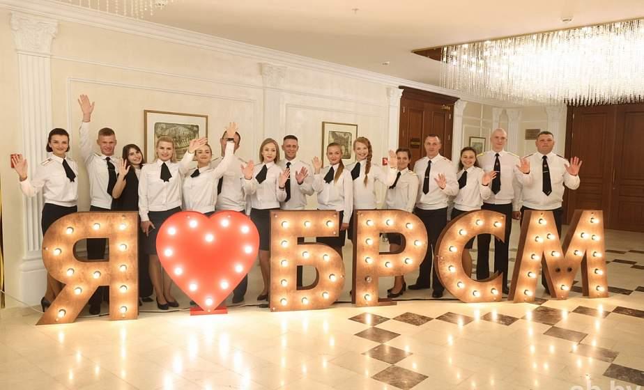«Мы почувствовали себя единой семьей, утвердились в желании делать все, чтобы Беларусь оставалась мирной красивой страной». Участники съезда БРСМ поделились мнением о будущем молодежной организации