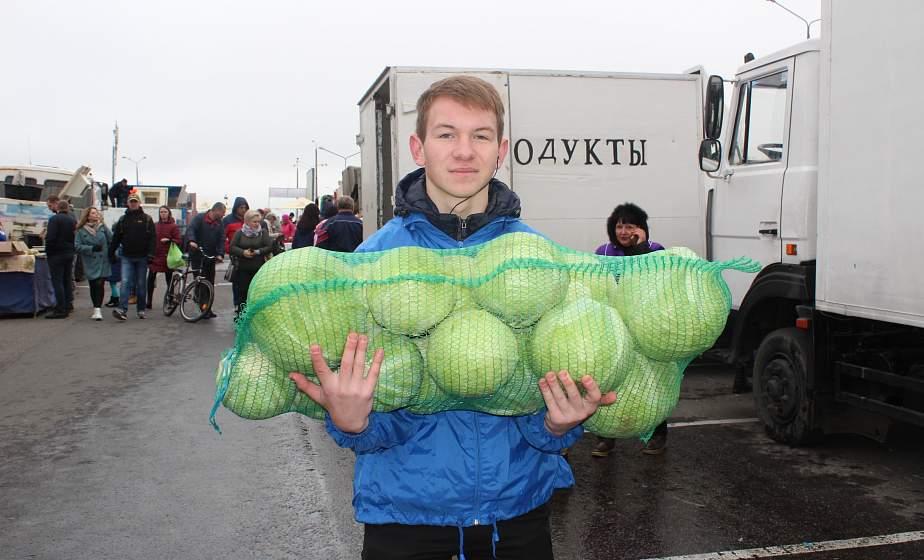 ФОТОФАКТ. В Гродно волонтеры БРСМ помогли пожилым людям с доставкой сельхозпродукции
