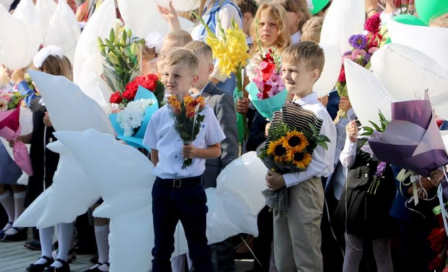 Почти 770 учеников, фанфары для первоклассников и учебный центр «Мирный атом». В Островце открыли новую школу