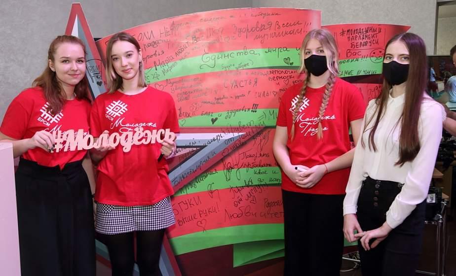 """Медиа, вузы, волонтеры и инициативы. Масштабная выставка работает на """"Молодежной столице Беларуси-2021"""" в Гродно"""