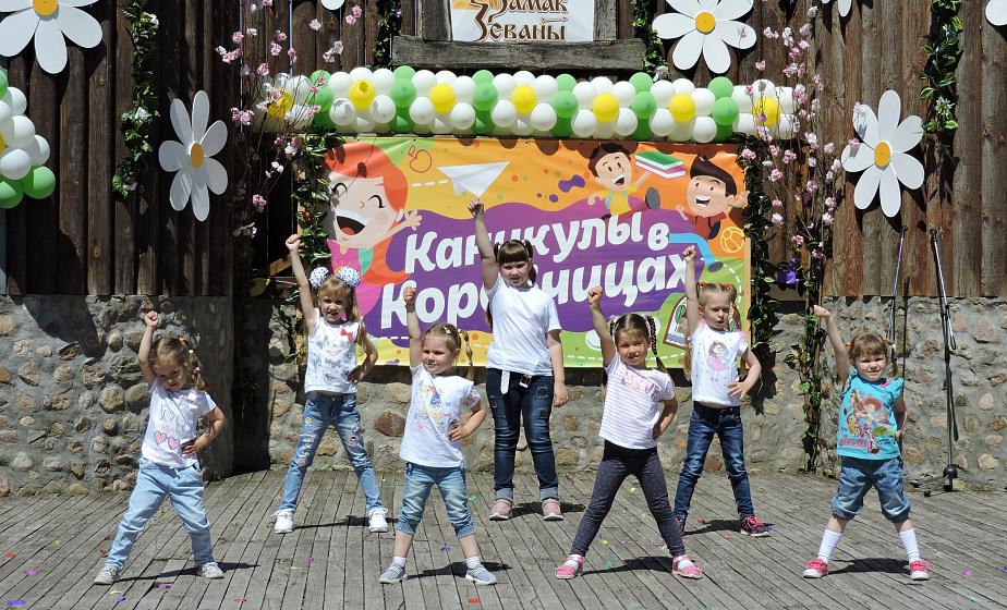 Танцевали, ели мороженое. Более тысячи детей собрались на праздник в Коробчицах