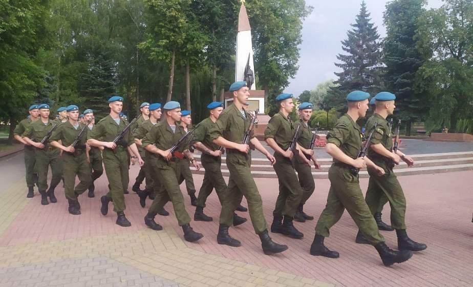 Гвардейцы-десантники из Витебска возложили цветы к памятнику воинам и партизанам в парке Жилибера в Гродно (+видео)