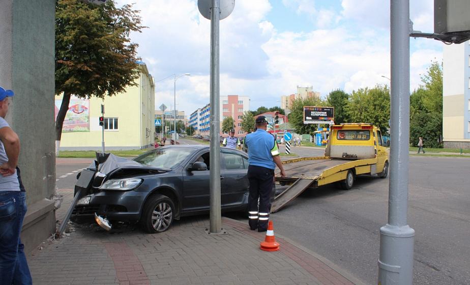 В центре Лиды автомобиль въехал в стену дома