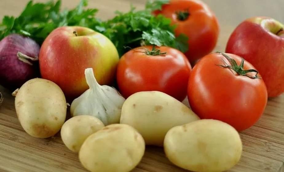Врачи рассказали, кому могут навредить картошка и помидоры