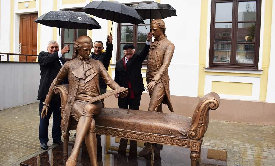В Гродно на одной из старейших площадей города открыли новую скульптуру. Она посвящена градостроителям XVIII века