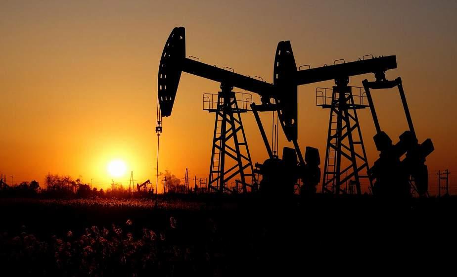 Цены на нефть обвалились, доллар и евро улетели вверх. Что происходит и стоит ли бежать в обменники?