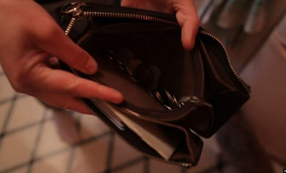 «Одолжила» евро и российские рубли. В Лидском районе 22-летняя женщина украла деньги у дальнобойщика