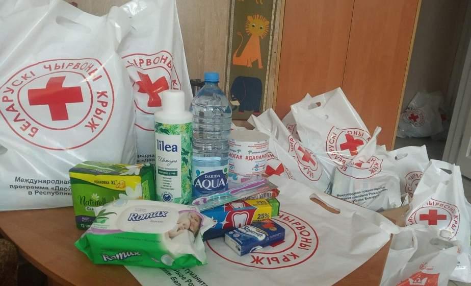 Команда Белорусского Красного Креста помогает людям, оказавшимся под заключением.