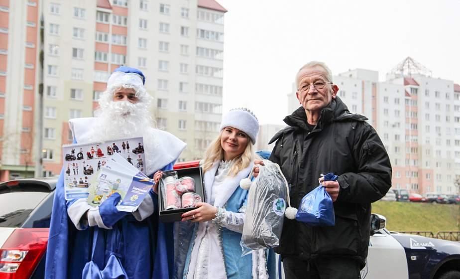 Дед Мороз и Снегурочка поздравили автомобилистов и пешеходов в Гродно