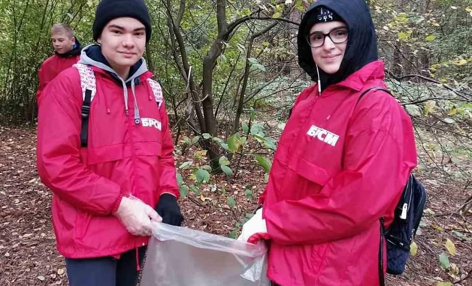 Фотофакт. Волонтеры БРСМ Гродно присоединились к республиканской акции «Чистый лес»