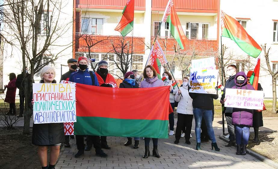 «Другие государства должны уважать наш суверенитет». У Генконсульства Литвы в Гродно прошел пикет против иностранного вмешательства в государственные дела Беларуси