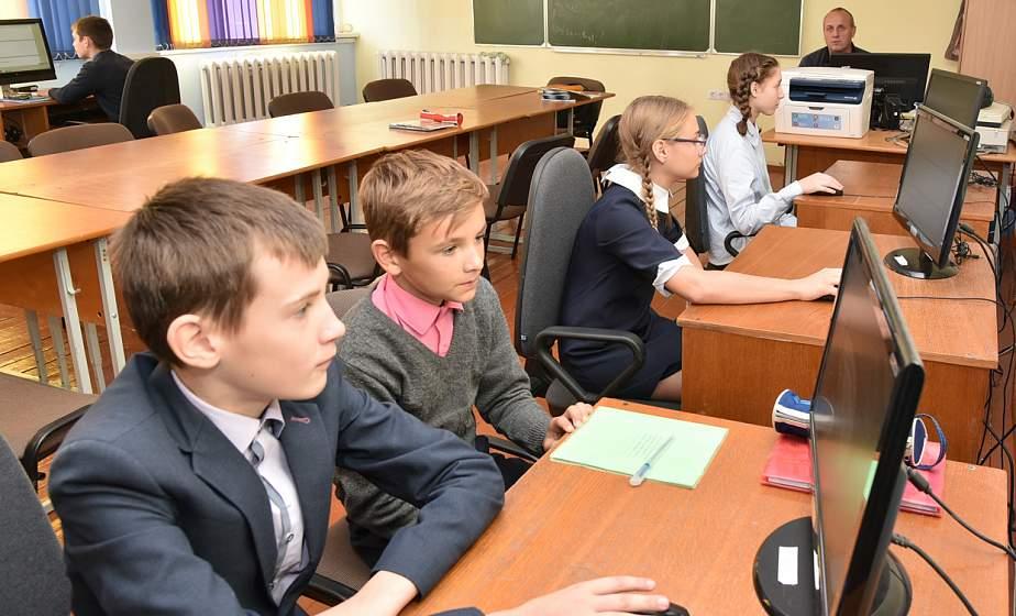 Учитель информатики Ивьевской СШ Тадеуш Маковский говорит с учениками на языках программирования