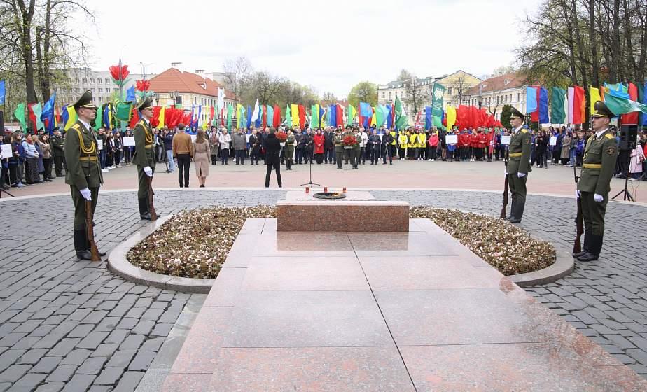 «Вместе – за сильную и процветающую Беларусь!». Участники республиканского гражданско-патриотического марафона возложили цветы к памятнику воинам, погибшим в годы Великой Отечественной войны в парке Жилибера