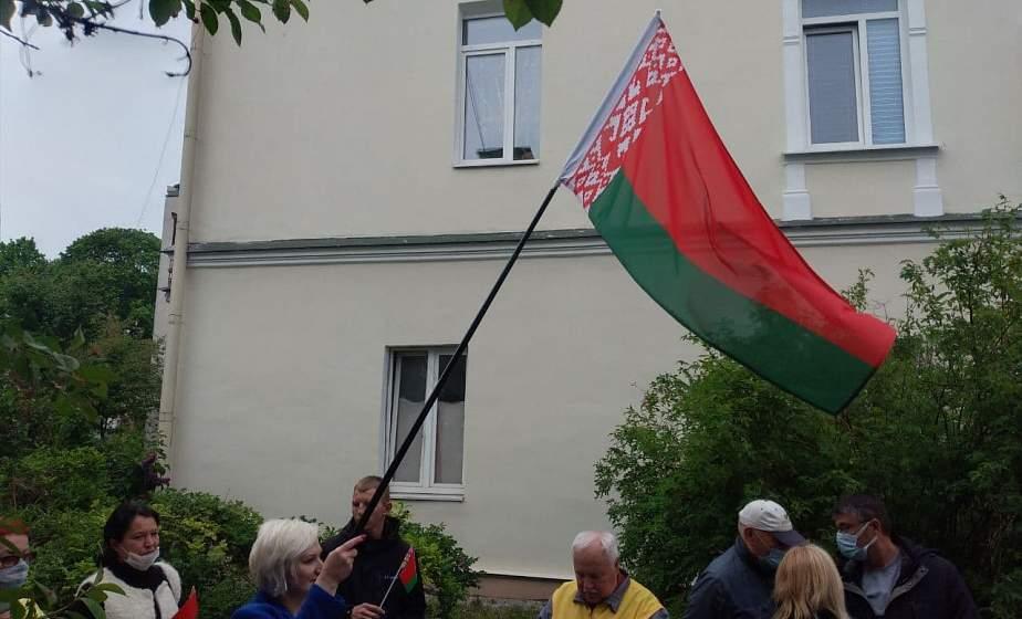 ФОТОФАКТ. Пикет в поддержку государственных символов проходит у Генконсульства Литвы в Гродно