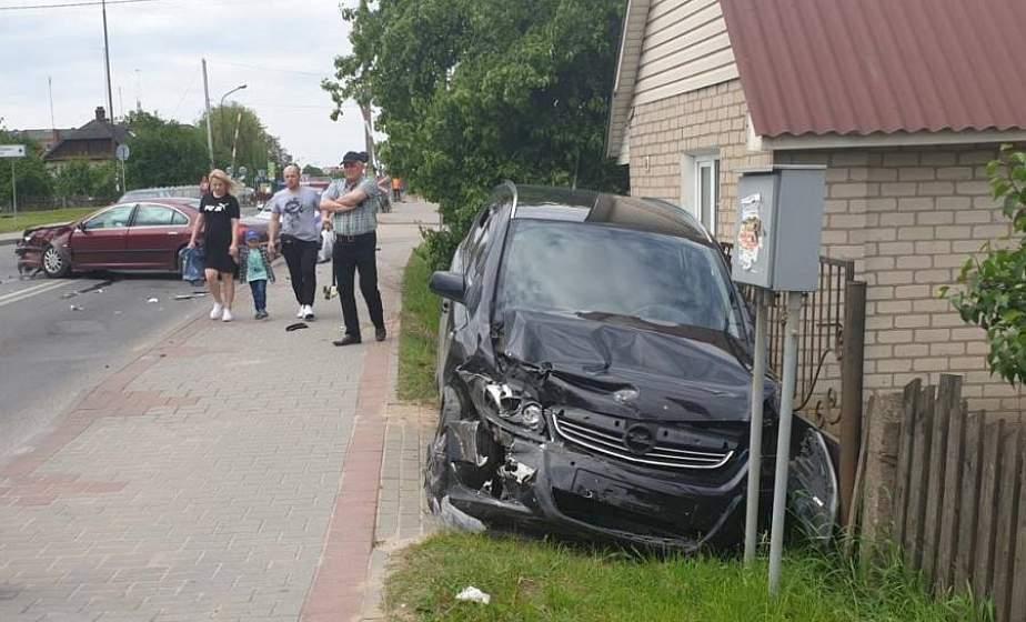 В Лиде столкнулись две иномарки. Трехлетнего пассажира уберегло детское автокресло