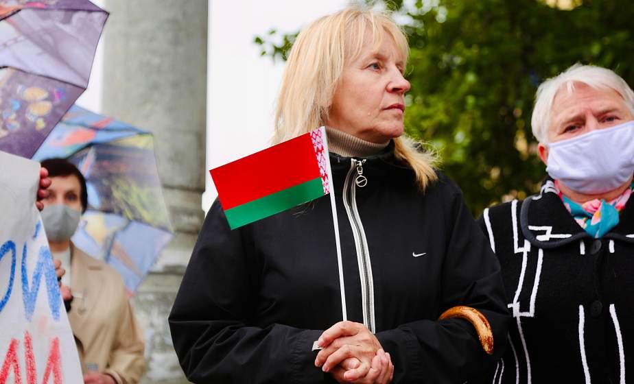 ФОТОФАКТ. Гродненцы у Генконсульства Польши выражают недовольство провокационными действиями в отношении государственного флага Беларуси