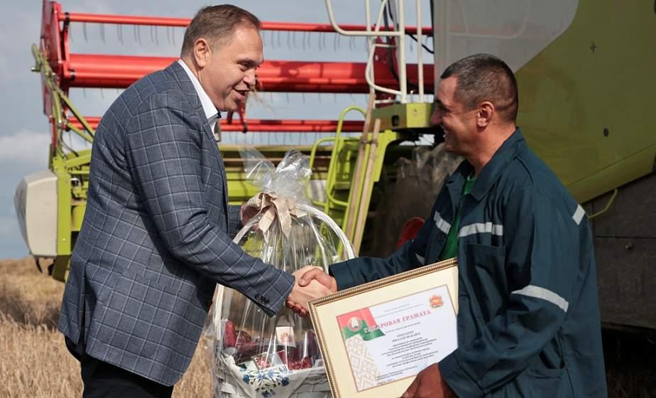 Председатель облисполкома Владимир Караник поздравил первого в области комбайнера-трехтысячника