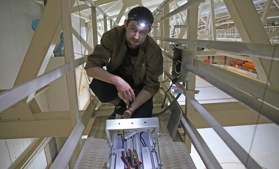 Над ледовой ареной в Лиде установили новые светильники, которые позволят экономить порядка 80 тысяч рублей в год