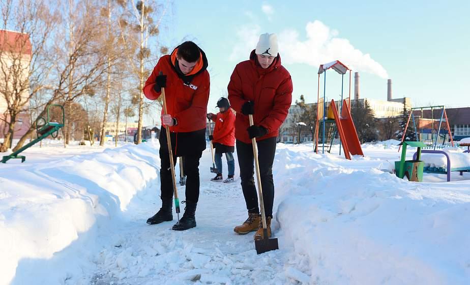 Для удобства и безопасности пешеходов. В Гродно волонтеры БРСМ помогли коммунальщикам в расчистке дорожек от снега и наледи (+видео)