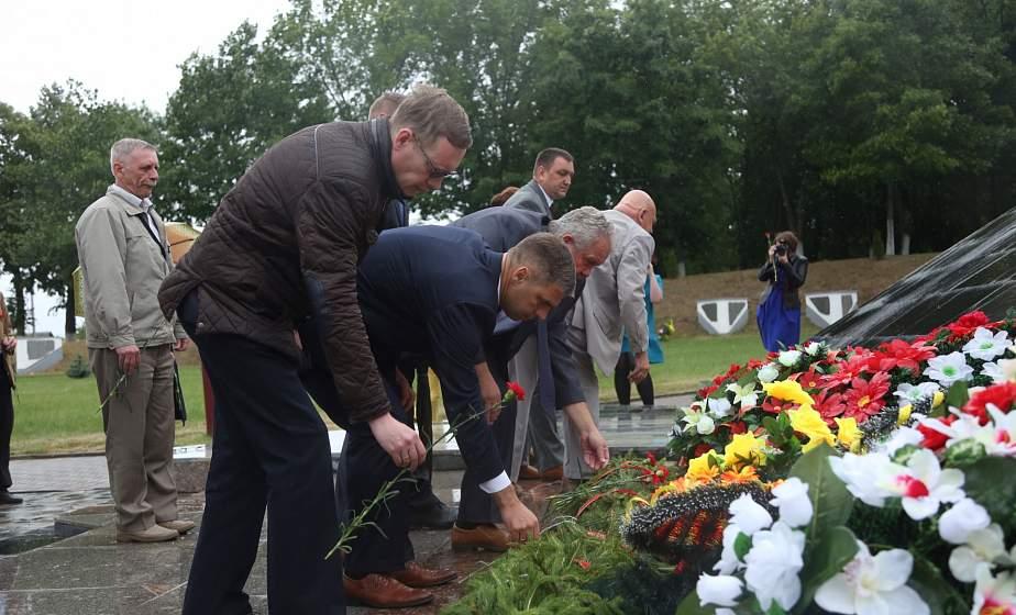 Журналисты республиканских и региональных средств массовой информации возложили цветы к мемориальному комплексу «Звезда» в Кореличах
