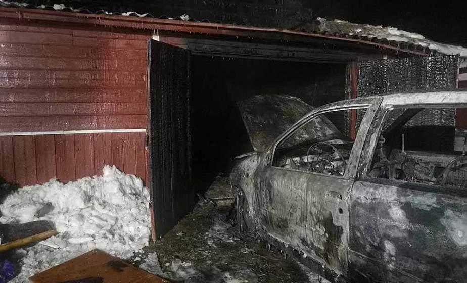 В деревне под Гродно автомобиль сгорел прямо в гараже