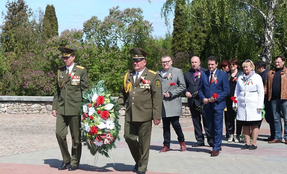 Тем, кто стоял насмерть. Депутаты городского Совета присоединились к акции «Беларусь помнит. Помним каждого»