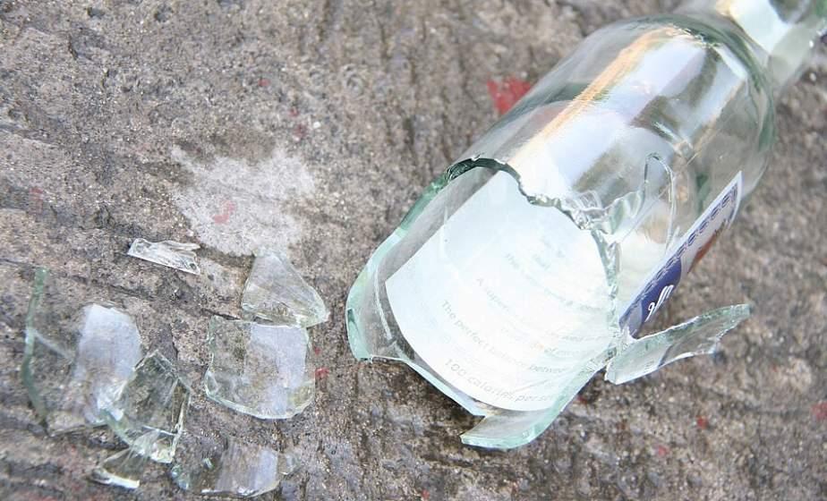 В Лиде учащаяся ПТУ после тусовки выбросила из окна бутылку от водки, а  трехлитровой банкой угодила