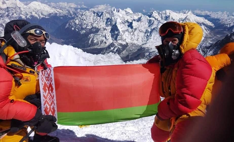 Белорусский государственный флаг, Знамя Победы и земля с Кургана Славы на Эвересте